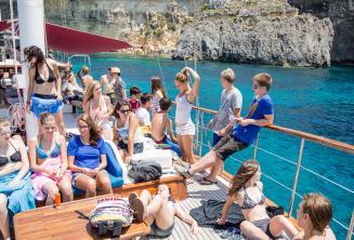 Estudantes relaxando no barco