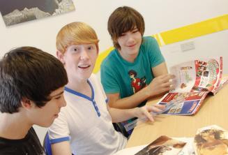 Estudantes usando revistas durante a aula
