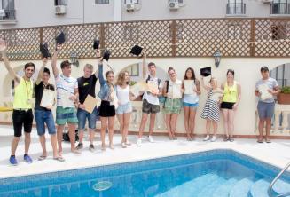 Juniores alunos de lingua inglêsa recebendo o certificado