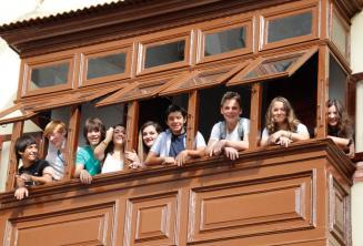 Alunos juniores na escola varanda