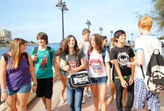 Alunos juniores andando juntos
