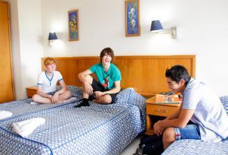 3 alunos adolescentes no quarto da nossa residência