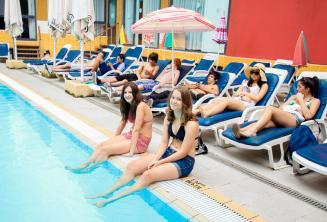 2 alunos com as pernas na água da residência júnior piscina exterior