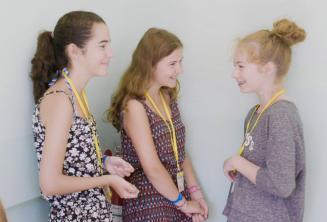 Crianças conversando na escola para junior