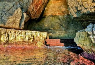 Cores claras da água em Blue Grotto