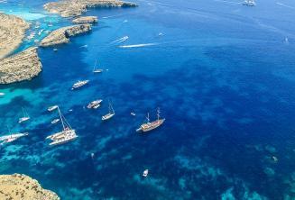 Foto de nosso passeio em barco para Comino