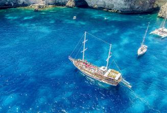 Um barco em Crystal Bay, Comino