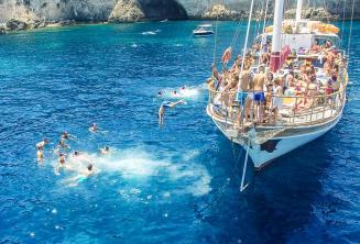 Alunos de inglês saltando do barco em Crystal Bay, Comino.