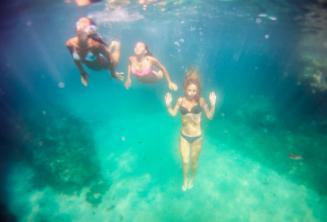 3 amigos mergulhando