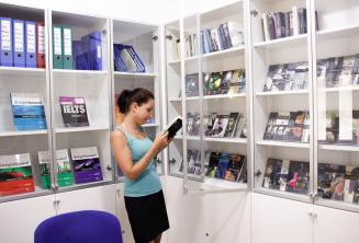 Biblioteca com livros e DVD grátis