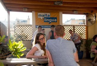 Alunos de inglês falando com os professores no terraço