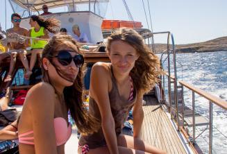 2 adolescentes em um passeio de barco