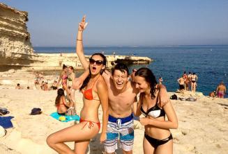 3 alunos adolescentes em uma passeio da escola para St Peters Pool, Malta