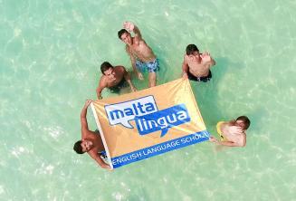 Jovens alunos durante um passeio com a escola em Blue Lagoon, Malta