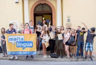 Foto dos jovens alunos de inglês na frente da nossa escola em Malta