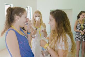2 alunas de inglês conversando na escola