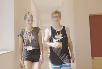 Um menino e menina andando pela escola de lingua