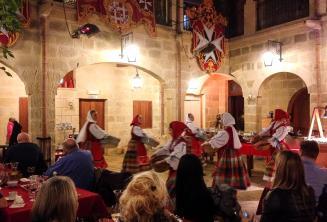 Dançarinas maltesas tradicionais fazendo um show em um restaurante