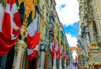 Uma rua em Valletta, Malta decorada com bandeiras