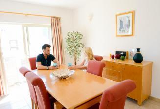 Escola de inglês apartamento sala de jantar em St Julians